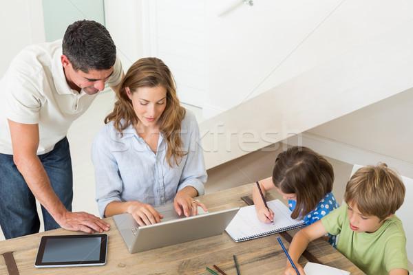 Ouders met behulp van laptop kinderen home Stockfoto © wavebreak_media