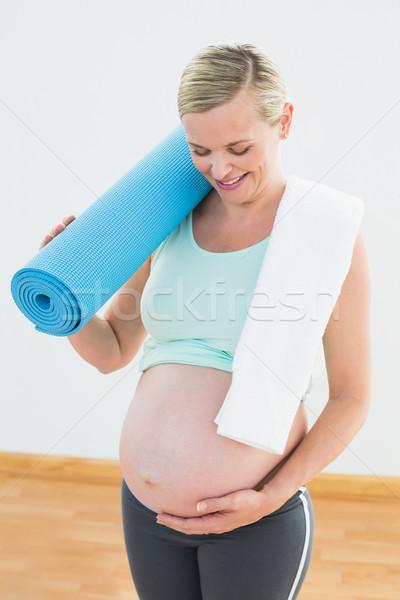 Terhes szőke nő mosolyog dudorodás tart testmozgás Stock fotó © wavebreak_media