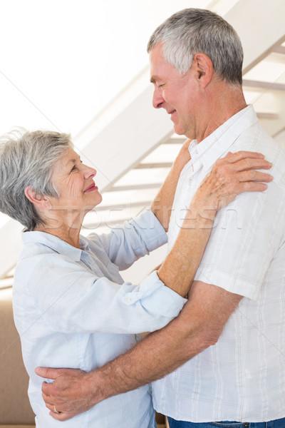 Afetuoso casal de idosos dança juntos casa sala de estar Foto stock © wavebreak_media