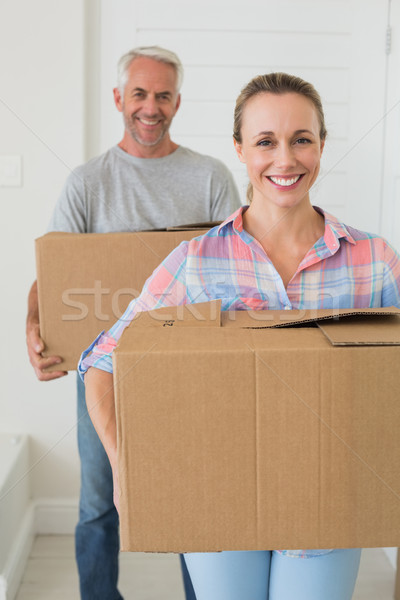 Heureux couple carton nouvelle maison Photo stock © wavebreak_media