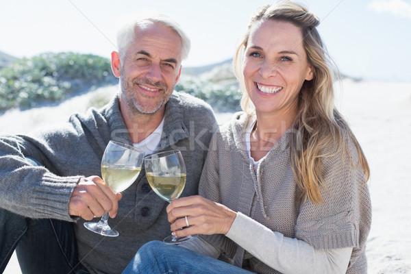 Pár élvezi fehérbor piknik tengerpart mosolyog Stock fotó © wavebreak_media