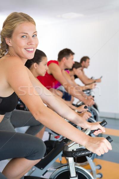 Szőke nő mosolyog kamera pörgés osztály tornaterem Stock fotó © wavebreak_media
