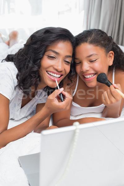 Photo stock: Souriant · mère · fille · utilisant · un · ordinateur · portable · ensemble · lit