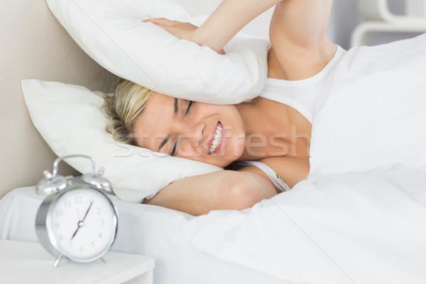 Mulher orelhas travesseiro despertador primeiro plano cama Foto stock © wavebreak_media