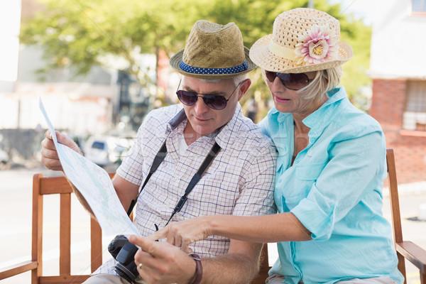 Gelukkig toeristische paar naar kaart stad Stockfoto © wavebreak_media