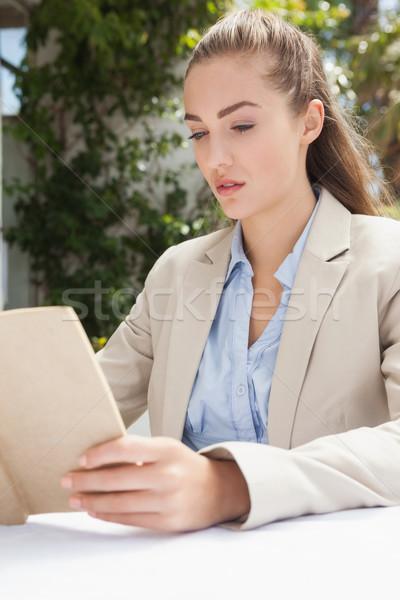 Mooie zakenvrouw lezing boek buiten coffeeshop Stockfoto © wavebreak_media