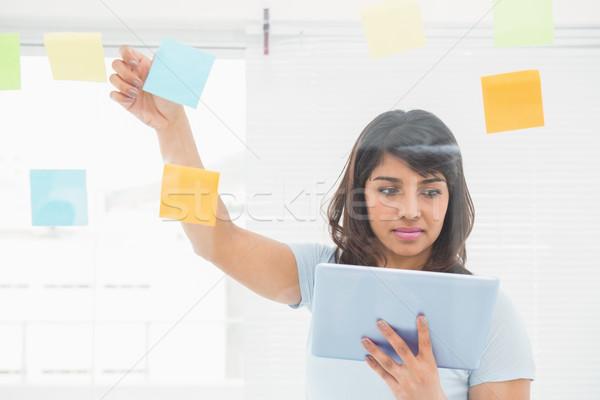 Zagęszczony kobieta interesu biuro czytania pracy Zdjęcia stock © wavebreak_media