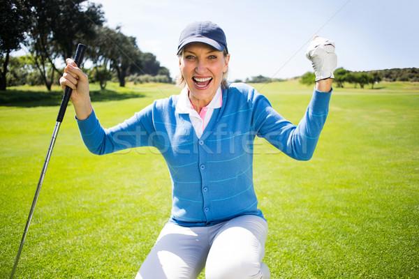 Térdel hölgy golfozó éljenez zöld napos idő Stock fotó © wavebreak_media