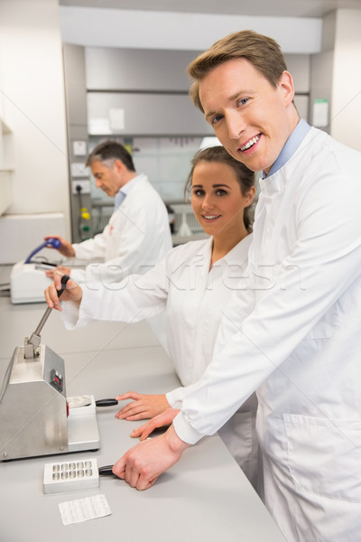 Squadra stampa pillole laboratorio scuola Foto d'archivio © wavebreak_media