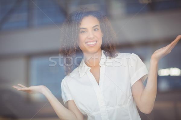 Despreocupado mujer armas retrato Cafetería Foto stock © wavebreak_media