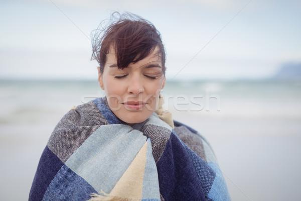 Genç kadın kapalı battaniye kış plaj kadın Stok fotoğraf © wavebreak_media