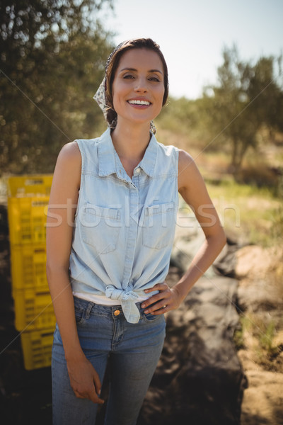 Souriant jeune femme main hanche permanent olive Photo stock © wavebreak_media