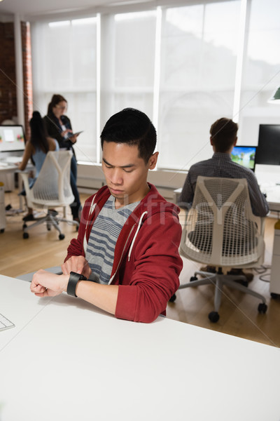 Homme exécutif puce regarder collègue Photo stock © wavebreak_media
