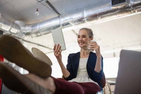 деловая женщина цифровой таблетка расслабляющая служба женщину Сток-фото © wavebreak_media