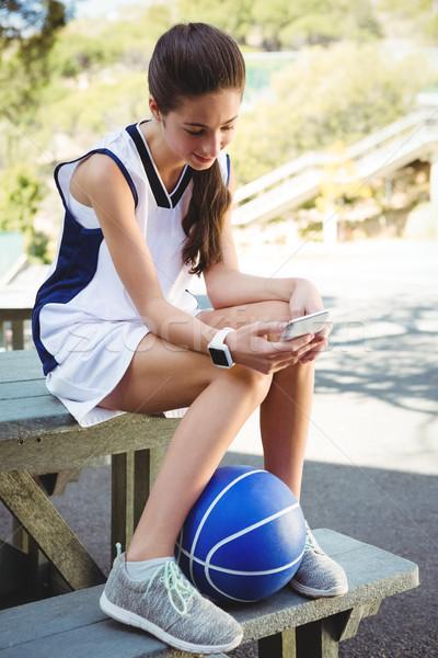 Glimlachende vrouw vergadering picknicktafel basketbal meisje Stockfoto © wavebreak_media