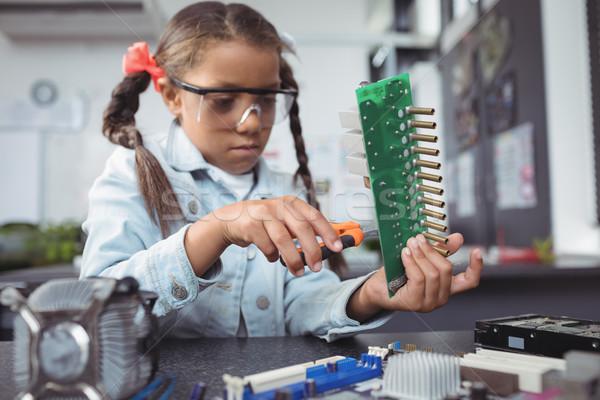 Сток-фото: концентрированный · элементарный · девушки · плате · столе · электроника