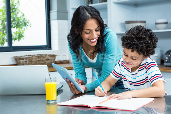 Mère aider fils devoirs cuisine comprimé Photo stock © wavebreak_media