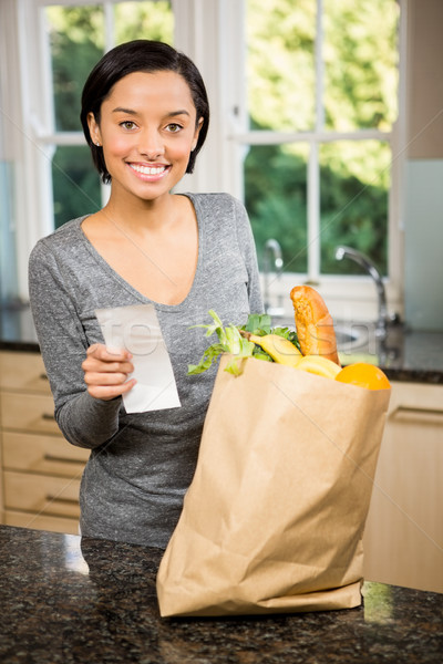 Uśmiechnięty brunetka paragon kuchnia spożywczy Zdjęcia stock © wavebreak_media