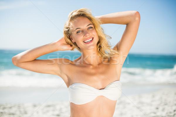 Glimlachende vrouw poseren strand vrouw water Stockfoto © wavebreak_media