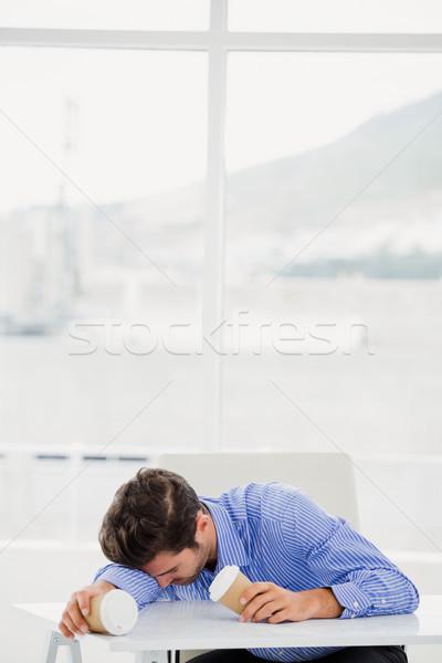 üzletember megnyugtató asztal kávé iroda férfi Stock fotó © wavebreak_media