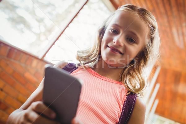 Cute wenig Schülerin schauen Smartphone Schule Stock foto © wavebreak_media