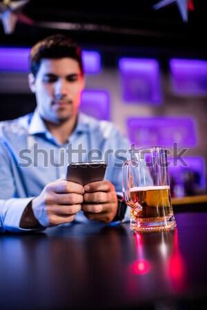 Mosolyog férfi laptopot használ bár pult fiatalember Stock fotó © wavebreak_media