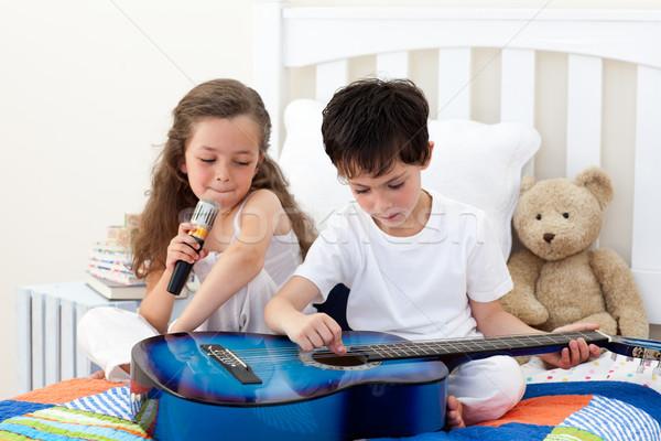 Testvérek énekel játszik gitár hálószoba zene Stock fotó © wavebreak_media