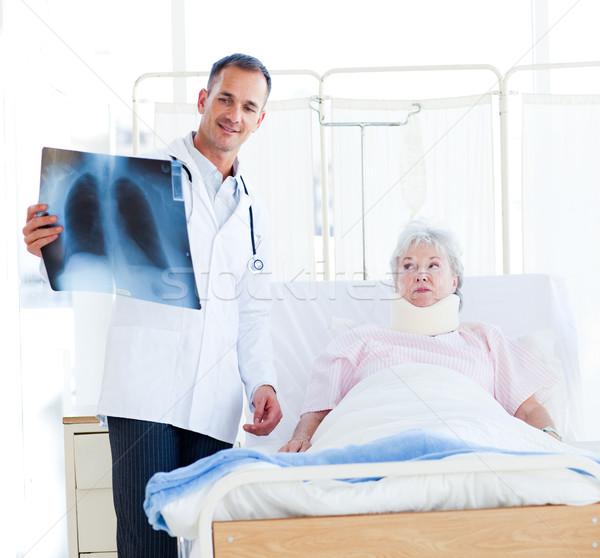 Foto stock: Médico · raio · x · paciente · pescoço · sorrir