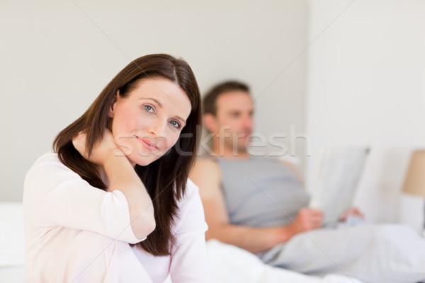 Femme regarder caméra mari dormir heureux Photo stock © wavebreak_media