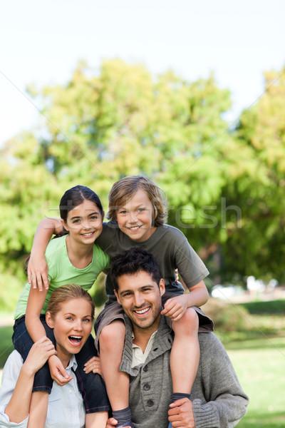 Szülők gyerekek háton lány anya csoport Stock fotó © wavebreak_media