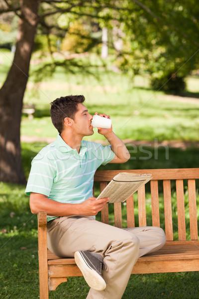 Zdjęcia stock: Człowiek · czytania · gazety · kawy · lata · zielone
