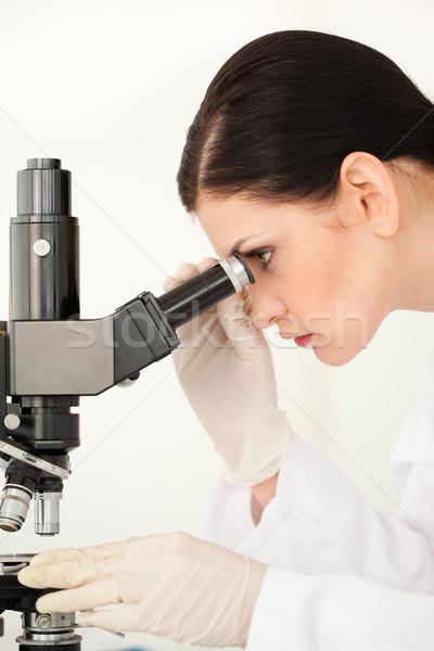 Tudós kísérlet néz mikroszkóp labor nő Stock fotó © wavebreak_media
