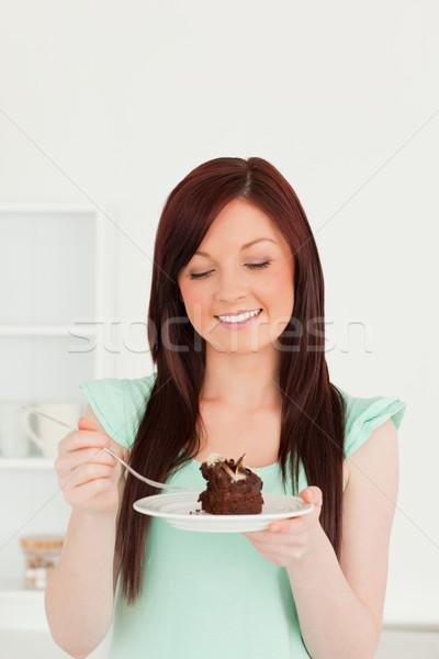Aantrekkelijk vrouw eten cake keuken groene Stockfoto © wavebreak_media