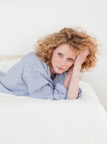 Charmant femme blonde posant lit fille sourire Photo stock © wavebreak_media