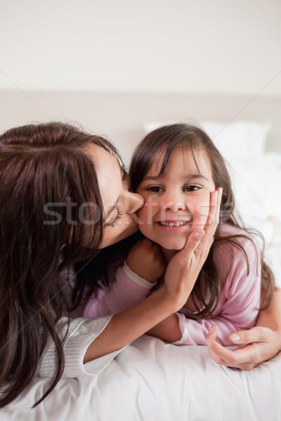портрет матери целоваться дочь спальня семьи Сток-фото © wavebreak_media