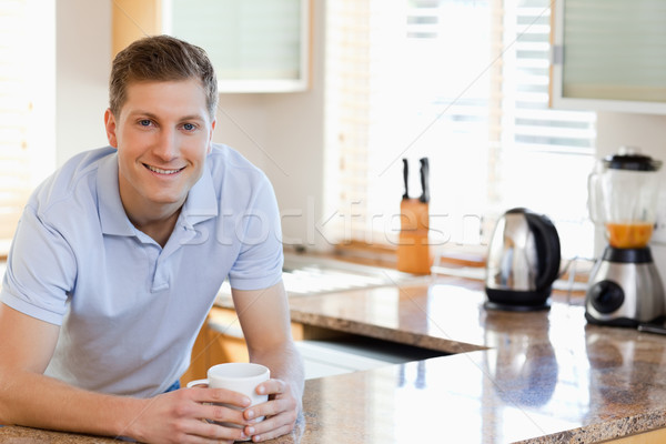 Mosolyog férfi dől konyhapult mosoly férfi Stock fotó © wavebreak_media