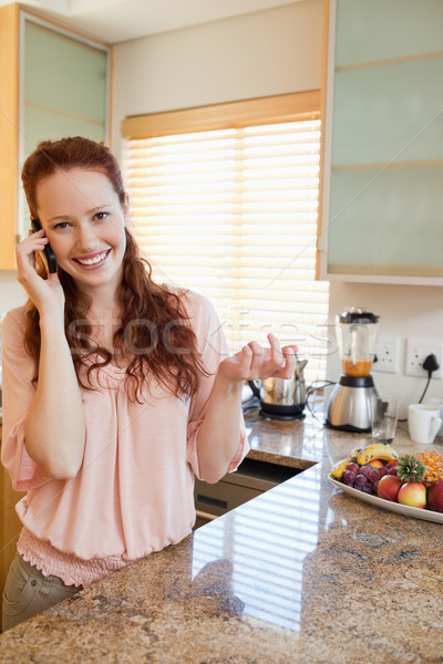 Glimlachende vrouw telefoon aanrecht vrouw gelukkig home Stockfoto © wavebreak_media