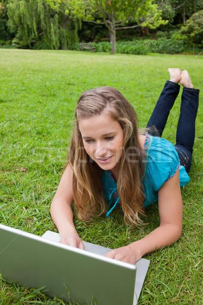 Zdjęcia stock: Młoda · dziewczyna · trawy · nogi · za · pomocą · laptopa