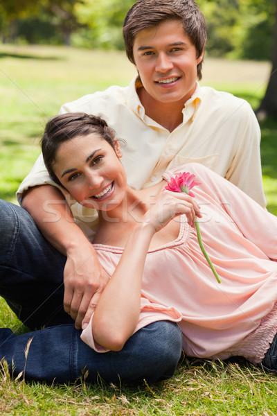 Mujer sonriente flor rosa mentiras sonriendo amigo Foto stock © wavebreak_media