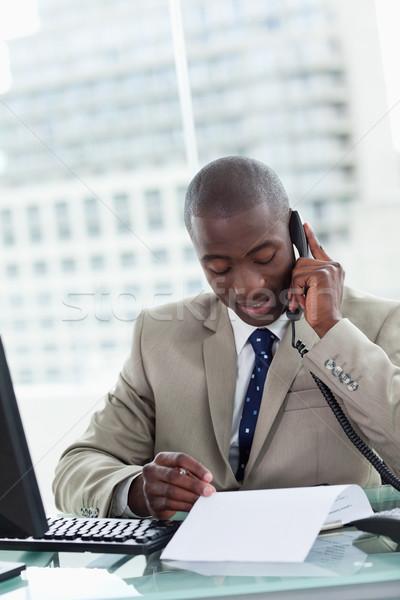 Portré vállalkozó készít telefonbeszélgetés olvas irat Stock fotó © wavebreak_media