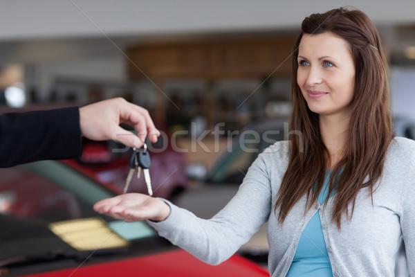 Femme clés de voiture main heureux Palm costume Photo stock © wavebreak_media