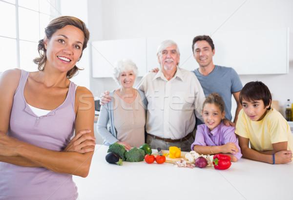 母親 立って キッチンカウンター 後ろ 家族 家 ストックフォト © wavebreak_media