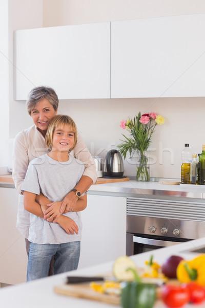 Grootmoeder kleinzoon armen keuken huis Stockfoto © wavebreak_media