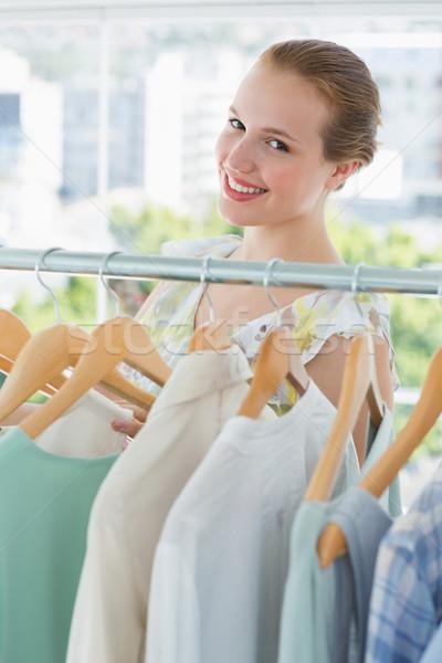 Boldog női vásárló kiválaszt ruházat bolt Stock fotó © wavebreak_media