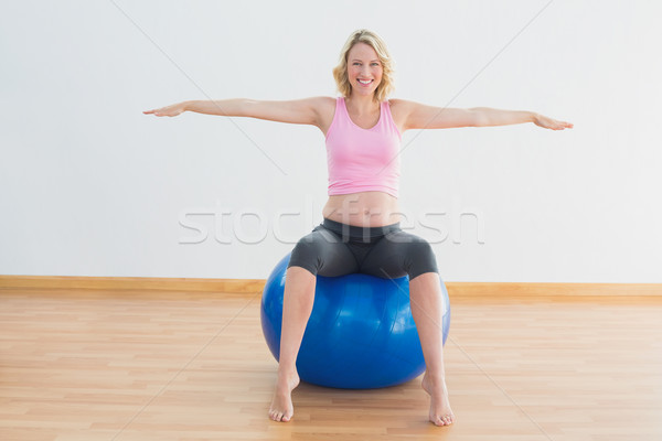Stock fotó: Mosolyog · szőke · nő · terhes · nő · ül · testmozgás · labda
