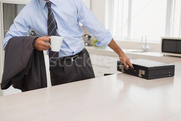Jólöltözött férfi kávéscsésze szőlőszüret aktatáska konyha Stock fotó © wavebreak_media
