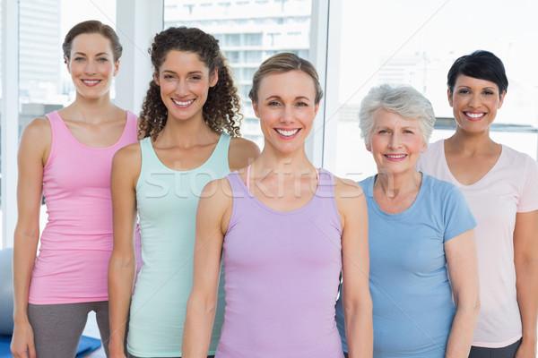 Photo stock: Souriant · femmes · permanent · yoga · classe · portrait