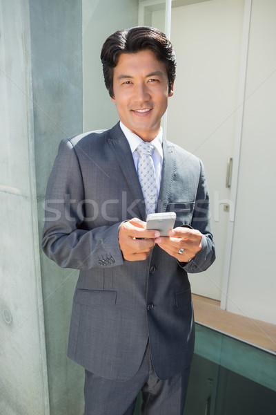 Corretor de imóveis em pé porta de entrada fora casa Foto stock © wavebreak_media