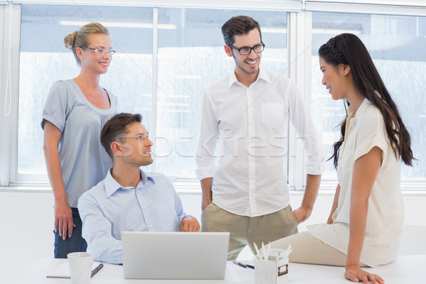 Foto stock: Casual · equipe · de · negócios · juntos · escritório · computador