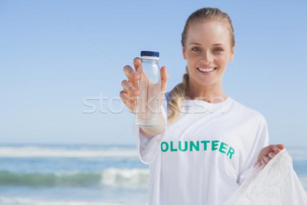 Uśmiechnięty wolontariusz w górę kosza Zdjęcia stock © wavebreak_media